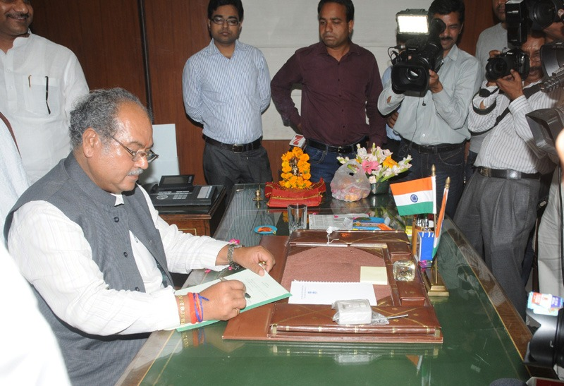 Shri Narendra Singh Tomar taking charge as the Union Minister for Labour and Employment, in New Delhi on May 27, 2014.