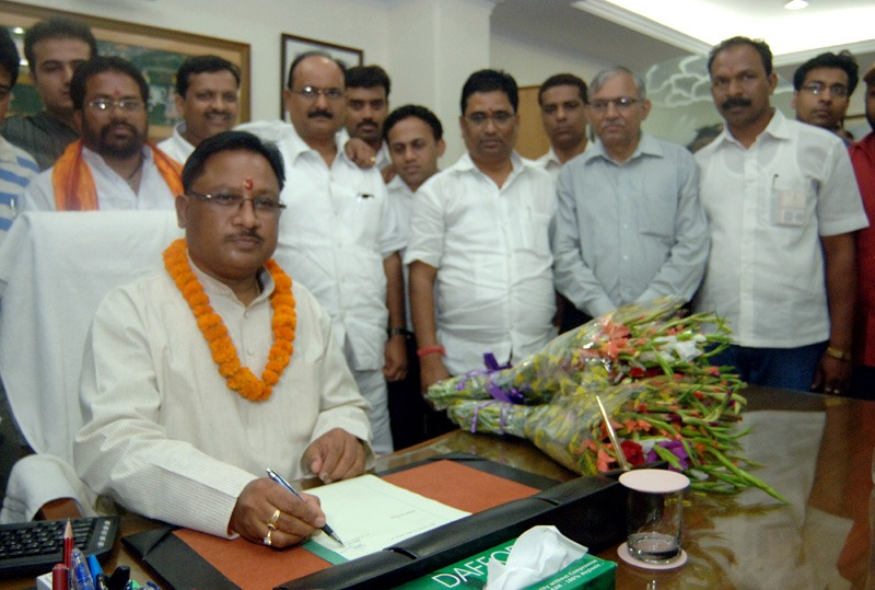 Shri Vishnu Deo Sai taking charge as the Minister of State Labour and Employment, in New Delhi on May 27, 2014.