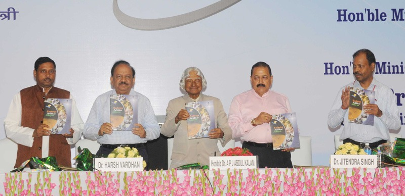 The former President of India, Dr. A. P. J. Abdul Kalam launching the Rashtriya Avishkar Abhiyan, at a function, in New Delhi on July 09, 2015. The Union Minister for Science & Technology and Earth Sciences, Dr. Harsh Vardhan, the Minister of State for Development of North Eastern Region (Independent Charge), Prime Minister's Office, Personnel, Public Grievances & Pensions, Department of Atomic Energy, Department of Space, Dr. Jitendra Singh, the Minister of State for Human Resource Development, Prof. (Dr.) Ram Shankar Katheria and the Secretary, School Education and Literacy, Dr. Subash Chandra Khuntia are also seen.